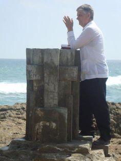Rvdo. Giancarlo Ruffa, visitando el punto mas saliente de la costa ecuatoriana, la Chocolatera, Salinas, Prov. Libertad, Ecuador,