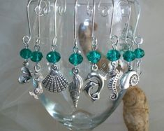 Marcador de taças Beach Ocean Theme Stemless Wine Glass Charms Indicators in Teal Green or Blue, Beach Theme Wedding Bridal Shower Favor, Wine Lover Gift by SeashellBeachDesigns on Etsy Wine Glass Markers, Wine Glass Crafts, Wine Bottle Crafts, Bottle Charms, Wine Charms, Bead Bottle, Wire Crafts, Jewelry Crafts, Painted Wine Glasses