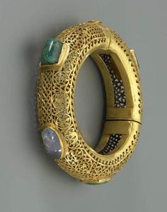 Gemstone gold bracelet and gold chain belt  Further evidence of manual dexterity in terms of gold processing show the gemstone gold bracelet and the golden chain belt. Both pieces are on loan from the Roman-Germanic Central Museum in Mainz.
