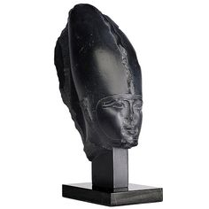 """This splendid face impresses at the same time great charm and of a soft serenity is completely in agreement with the revival of the art which appears in Egypt in XXVIème Dynastie, time called """"saïte"""" because of what the capital settled in Saïs in the Delta, or néo-memphite because the sculptors endeavoured to find the inspiration in the art of the workshops memphites of the time of the pyramids. <!--break--> One is however in VIIème century before our era and soon the influence of Hellade…"""