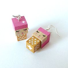 Boucles d'oreilles poupées cubiques madammag dorées et roses motif croix.