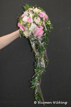 Brautstrauß in rosa mit Rosen und Eustoma. Abfließende Form mit Efeu und Perlen. http://blumen-wilking.de/