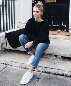Un look de week-end casual avec des baskets blanches