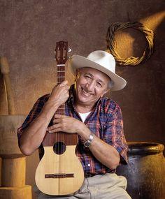 Simón Díaz acompañado de su Cuatro, instrumento folklórico de Venezuela.