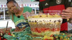 Das perfekte Brasilianischer Schichtsalat-Rezept mit Video und einfacher Schritt-für-Schritt-Anleitung: Eisbergsalat klein schneiden, Tomaten, Zwiebeln und…