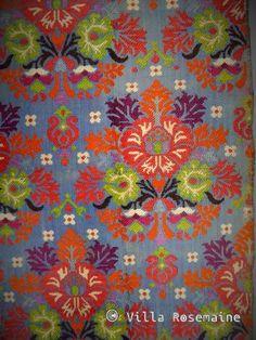 XIXe siècle Maroc Superbe ceinture marocaine en soie tissée et brochée sur métier à la tire datantde la fin du XIXe siècle. Bouquet en quinconcede fleurs stylisées, vert, rouge, orange, parme, bleu ciel, blanc et noir sur un fond bleu lapis. Sept cordons de passementerie aux extrémités et tissage en fond sergé. Dessins de style arabo andalou avec chandeliers à quatre branches et étoiles à huit branches. Le tissage sur l'envers donne un effet ikaté.Excellent état de conservation et de…