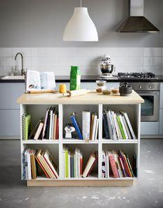 Dwa zdjęcia wyspy kuchennej idealnej do pieczenia i przechowywania książek kucharskich oraz przyborów do pieczenia.