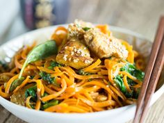 Asian carrot noodle pan with chicken and spinach- Asiatische Möhrennudelpfanne mit Hähnchen und Spinat Pasta without carbohydrates thanks to carrot spaghetti from the spiral cutter. In a pan with chicken and spinach, the low-carb noodles are a pleasure. Good Healthy Recipes, Healthy Foods To Eat, Veggie Recipes, Paleo Recipes, Asian Recipes, Low Carb Recipes, Chicken Recipes, Cooking Recipes, Noodle Recipes