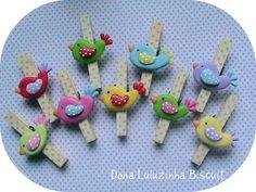Fimo bird decorated clothspin vd anche http://www.elo7.com.br/productProfile.do?webCode=215BD5=0====39=39  http://www.elo7.com.br/productProfile.do?webCode=215B55=1====53=54  http://www.elo7.com.br/productProfile.do?webCode=215B3F=2====65=32  http://www.elo7.com.br/colher-urso-marrom-e-azul-com-gravata/dp/215A68