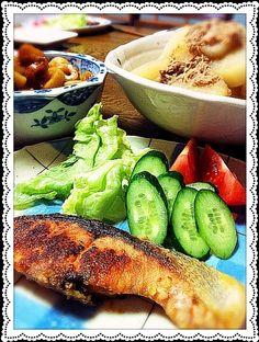 今日は、仕事で遅くなってクタクタ あり合わせで 遅めの夕食。 - 38件のもぐもぐ - 鮭ムニエル・大根の煮付け ・ちくわの甘辛煮 by のん