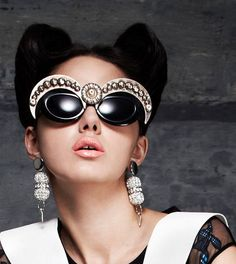Myspace-Era Embellished Sunglasses Are Back and You're Totally Going to Want a Pair Cool Glasses, Glasses Frames, Eye Glasses, Glamour Moda, Shady Lady, Four Eyes, Cat Eyes, Color Negra, Retro