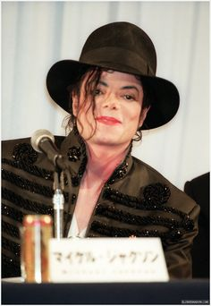 Singer Michael Jackson attends the press conference on foundation of 'Michael Jackson Japan' on July 1998 in Tokyo, Japan. Jackson Family, Jackson 5, Elvis Presley, Michael Jackson Fotos, O Pop, Jackson Music, Jackson's Art, King Of Music, Music Heals