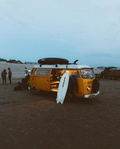 VW bus camping with the best pals Adventure away Kombi Motorhome, Volkswagen Westfalia Campers, Campervan, Vw Camper, Volkswagen Transporter, Adventure Awaits, Adventure Travel, Beach House Style, Vw Beach