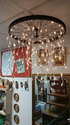 luminárias criativas com roda de bicicleta creative light fixtures with bicycle wheel Wine Bottle Chandelier, Wheel Chandelier, Diy Chandelier, Outdoor Chandelier, Recycled Wine Bottles, Wooden Ceilings, Decoration Originale, Led Pendant Lights, Antique Furniture