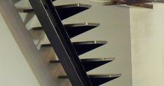 Escalier droit à limon central...               Escalier l 'art du fer play Erick Jaulain métallerie ferronnerie serrurerie .Deux...