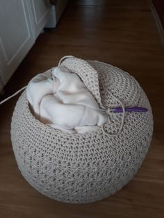 Stool Cover Crochet, Crochet Pouf Pattern, Diy Crochet And Knitting, Crochet Cushions, Crochet Pillow, Crochet Home, Cute Crochet, Crochet Stitches, Crochet Patterns