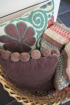 So kann man Kissen und Decken natürlich auch hübsch verstauen und trotzdem dekorieren.