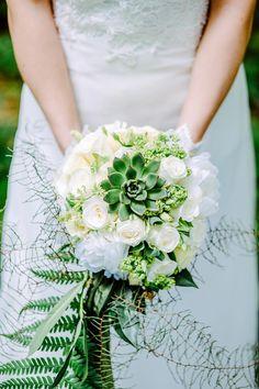 Ein schöner weiß-grüner #Brautstrauß mit Rosen und einer Sukkulente. Foto: Helena PhotoArt
