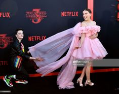 Millie Bobby Brown steps out at the Stranger Things premiere in LA So kind: Noah Schnapp, proved to be a gentleman as he helped Millie with her dress on the carpet Stranger Things Premiere, Stranger Things Actors, Bobby Brown Stranger Things, Stranger Things Season 3, Stranger Things Funny, Eleven Stranger Things, Stranger Things Netflix, Millie Bobby Brown, Gentleman