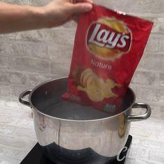 An die Chipstüten fertig. The post Knusper-Omelette! appeared first on Fingerfood Rezepte. Appetizer Recipes, Snack Recipes, Dinner Recipes, Cooking Recipes, Cooking Beef, Dessert Recipes, Oven Cooking, Cooking Utensils, Breakfast Dishes