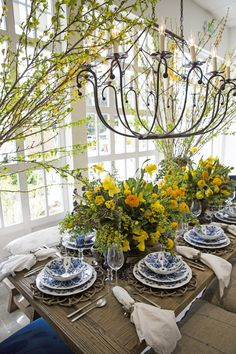Beautiful table settings - The Prettiest Table Top Trends for this Season's Celebrations – Beautiful table settings French Country House, French Country Decorating, Beautiful Table Settings, White Table Settings, Deco Table, Decoration Table, White Decor, Place Settings, Dinner Table