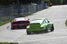 La Porsche va repasser devant dans 2 sec, pas de souci... Y va lui mettre une danse à la rouge...