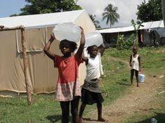 汲んだ水を運ぶ子どもたち
