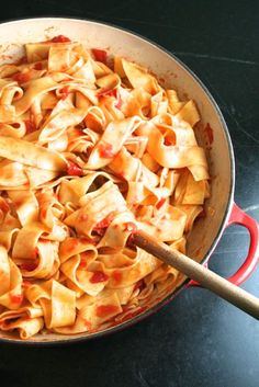 Spicy & Garlicky Fresh Tomato Sauce with Pappardelle - Recipes - Pasta Wine Recipes, Pasta Recipes, Cooking Recipes, Italian Dishes, Italian Recipes, Pappardelle Recipe, Quick Weeknight Meals, The Fresh, Pasta Dishes