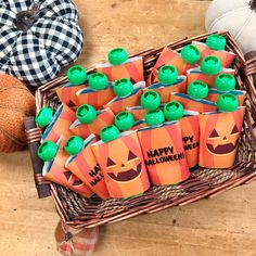 Make a great Halloween treat! Make a great Halloween treat! Halloween Class Treats, Dulceros Halloween, Halloween Goodie Bags, Halloween Treats For Kids, Halloween Activities For Kids, Halloween Drinks, Toddler Halloween, Halloween Party Favors, Manualidades