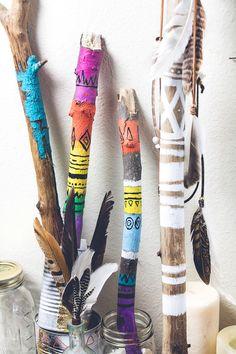 palos pintados para decorar