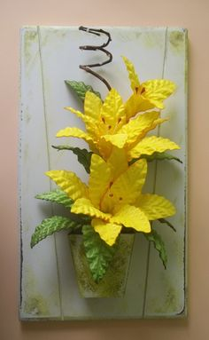 Quadro (sem moldura) com arranjo de flores artificiais em eva com lírios na cor amarela. Várias opções de cores, flores e tamanhos sob consulta.