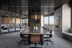 Hopkins and his team chose to place curved walnut corridors throughout the office as a contrast to the angular floor layout, forming clear paths of circulation for PDG staff.
