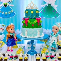 Acabei de receber esta foto lindaaaa...não resisti e já postei!! @taty_sgarbi muuuuuito obrigada pela confiança e oportunidade de mais uma vez estar presente em um aniversario da Valentina, uma honra para nosso ateliê!!! O bolo ficou lindo...mas a fotógrafa ajudou...rsrsrs!!! Frozen Fever a mais nova sensação!!! #frozen #frozenfever #cake #ateliêdefofurices #fofuricesdaritoca