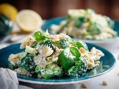 Krämig broccolipasta i ricottasås med pinjenötter
