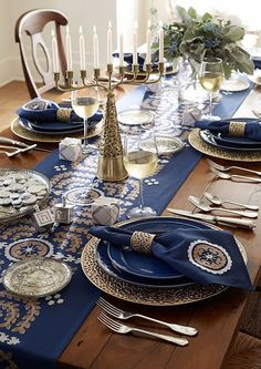Fantastic and Nice Hanukah Table Setting Idea: Awesome Nice Amazing Adorable Coo. Christmas Hanukkah, Happy Hanukkah, Hannukah, Winter Holidays, Happy Holidays, Cena Show, How To Celebrate Hanukkah, Holiday Fun, Holiday Decor