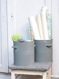 Tin cans are far more useful than you expect. Here's how they can help organize your home She sands down a tin can. When she adds the finishing touches - I want this in my home! Diy Simple, Easy Diy, Tin Can Crafts, Diy And Crafts, Tin Buckets, Diy Casa, Creation Deco, Organizing Your Home, Diy Hacks