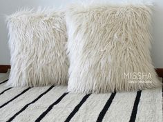Almohadones piel sintetica importada alfombra tejida rayada . Missha deco Missha, Poufs, Throw Pillows, Bed, Rugs, Fabrics, Fur Rug, Interior Design Studio, Faux Fur