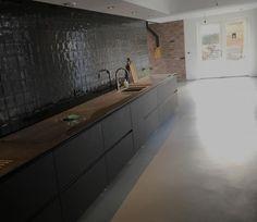 Een mat zwarte leefkeuken in combinatie met glanzend zwarte tegels aan de wand met een eigentijdse Venetiaans Woonbeton vloer. Wie wil dat nu niet! #betonlook #woonbeton #betondesign #Berkersvloeren Beton Design, Double Vanity, New Homes, Interiors, Decoration, Projects, House, Inspiration, Play Areas