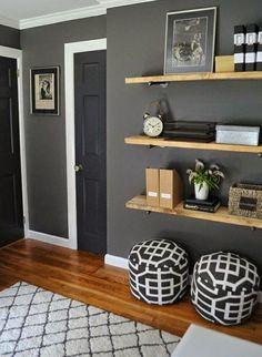 Wandfarbe Grau - im Wohnzimmer. Mit tollen Regalen für Aufbewahrung.