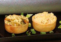 Duo de tarteletes: camarão com crosta de queijo e bacalhau.
