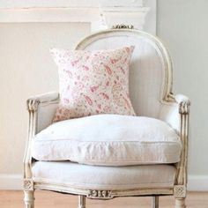 38 Adorable White Washed Furniture Pieces For Shabby Chic And Beach Décor - DigsDigs White Washed Furniture, French Furniture, Shabby Chic Furniture, Shabby Chic Decor, Furniture Design, Handmade Furniture, Rustic Furniture, Muebles Shabby Chic, Swedish Decor