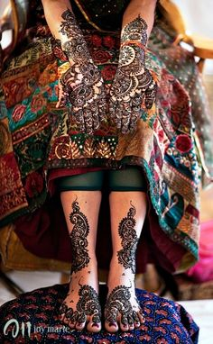 I'm not a fan of feet mehndi usually since it has a tendency to look 'dirty' but this is nice and simple and matches the hands well without being too crowded.