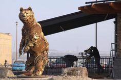 Equipamentos agrícolas velhos e sucata de metal transformados em esculturas impressionantes