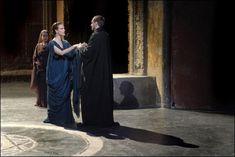 """Carole Bouquet e Lambert Wilson interpretano Tito e la principessa, figlia di Erode Agrippa di Cilicia, nella tragedia """"Berenice"""" di Jean Racine (1670), che evidenzia il conflitto tra l'amore e il dovere: quando Tito divenne imperatore nel 79 d.C. i due furono costretti a lasciarsi, """"invitus invitam"""", dice Svetonio (""""Vite dei Cesari"""", Tito, 7)"""