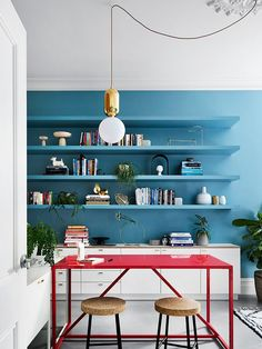 Sisällä Melbourne Interior Design kitchen decor with blue wall and open shelving unit and a red table. Love this setting! Colourful and perfect for a you family!