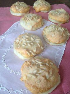 Mini coquitas de crema y piñones  http://recetasysonrisas.blogspot.com.es/2013/04/coca-de-crema-y-pinones.html
