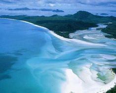 """74 isole nel cuore della Grande Barriera Corallina australiana sulla costa nord orientale del continente. Whitehaven Beach, un paradiso bianco di oltre 6 Km, si trova sull'isola più grande dell'arcipelago australiano, la Whitsunday. Grazie alle limitazioni imposte dalle autorità locali, questa spiaggia bellissima ha vinto numerosi riconoscimenti nazionali per la protezione ambientale e la salvaguardia delle risorse, uno fra tutti il """"Cleanest Beach in Queensland""""."""