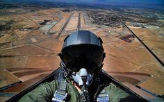 """Los pilotos de aviones de combate de todo el mundo han llevado el fenómeno de las selfies a un nuevo y asombroso """"límite"""". ¿Insuperable? Equipados con equipos fotográficos avanzados y sobre todo """"resistentes"""" como cámaras GoPro y lentes de """"ojo de pez"""", han sido capaces de capturar imágenes espectaculares de sí mismos en su trabajo. Se les puede ver a veces en plena maniobra o incluso en alguna ocasión disparando desde sus cazas. Por cierto, no parece nada fácil elegir el momento de disparar…"""