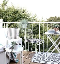 oh what a room: The winner of the Balkonstühle-Contest und ein kuscheliges Giveway für euch! Tiny Balcony, Small Terrace, Outdoor Balcony, Indoor Outdoor Living, Outdoor Spaces, Outdoor Decor, Porch Veranda, Garden Swimming Pool, Deck Makeover