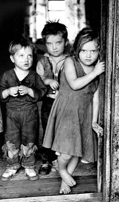 made school available for all children-Children of a disabled coal miner stand in the doorway of their Appalachian home in the early (Photo by Jack Corn, now belonging to Vanderbilt University. Vintage Pictures, Old Pictures, Old Photos, Time Pictures, Family Pictures, Appalachian People, Appalachian Mountains, Foto Transfer, Dust Bowl